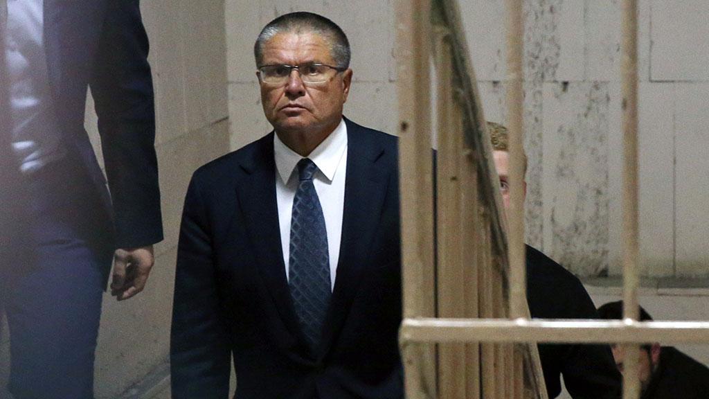 Олексій Улюкаєв заходить до будівлі Басманного суду Москви