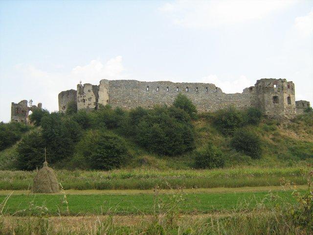 Пнівський замок на підніжжі Страгори, осторонь від міста Надвірна.