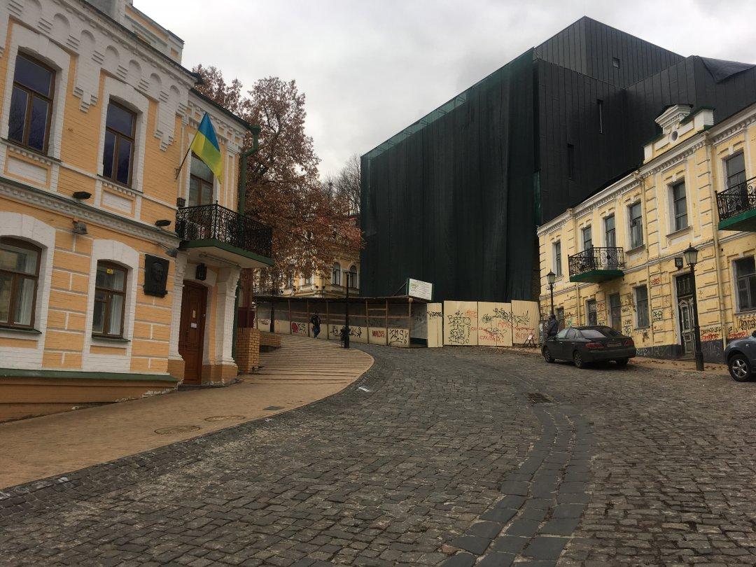 Андріївський узвіз. Ліворуч - дім-музей Булгакова, праворуч -