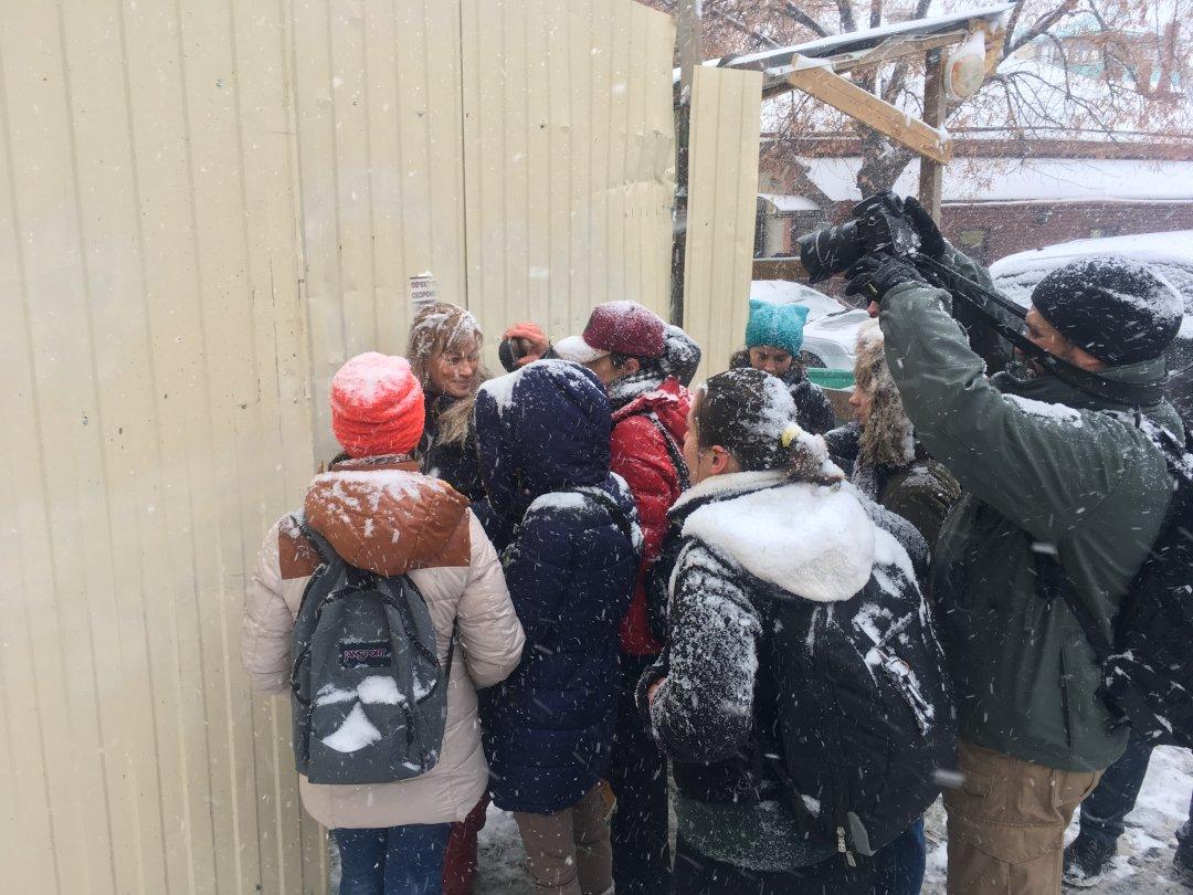 Кияни спільно з представниками громадських організацій намагаються проникнути всередину реконструйованого корпусу «Б»