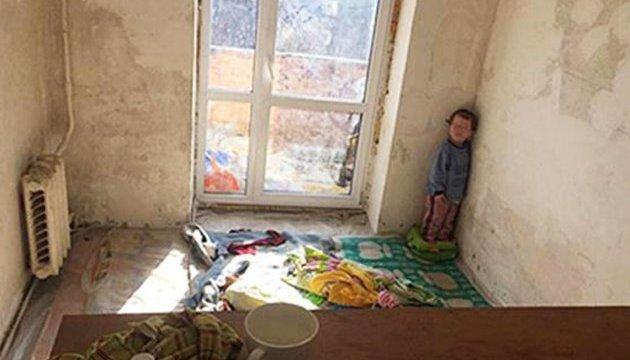В наркопритоне на коврике жил 3-летний ребенок