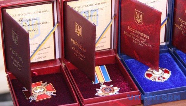 Порошенко наградил 75 героев АТО, из них 26 - посмертно