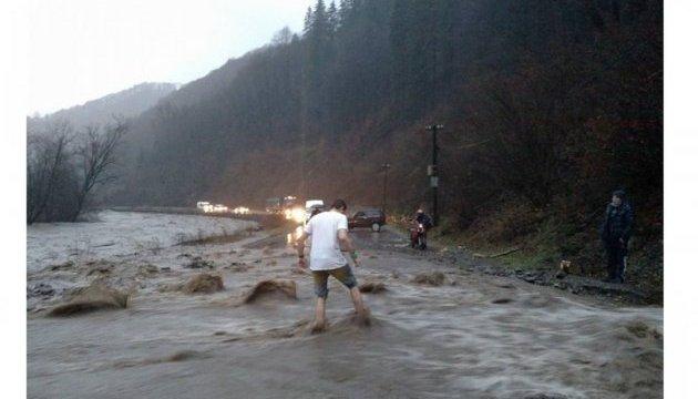 Закарпатців попереджають про зливи та град