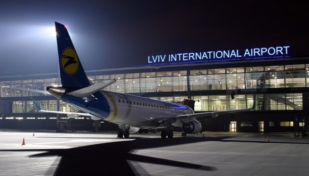 Во львовском аэропорту самолет выкатился за пределы взлетной полосы