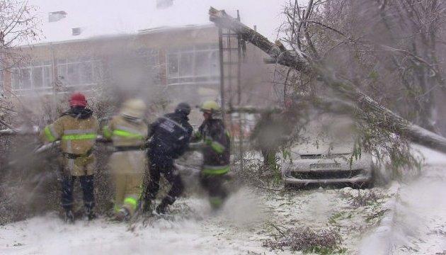 Аварійники відновлюють електрику у 53 населених пунктах Сумщини