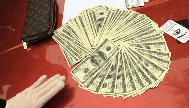 Податківцям, затриманим на хабарі у 2 тис. дол., визначили заставу в мільйон гривень
