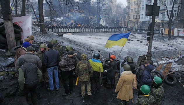 Революция Достоинства: майдановцы вспоминали Героев Крут и укрепляли баррикады