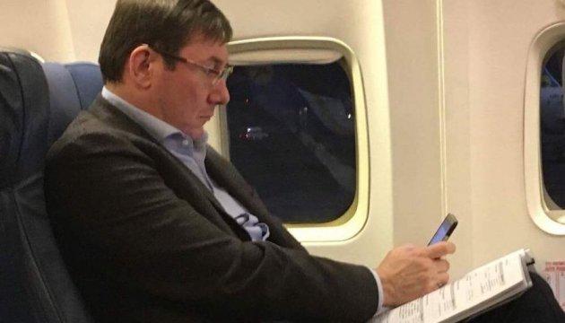 Прокурори мають бути активними у Facebook – Луценко