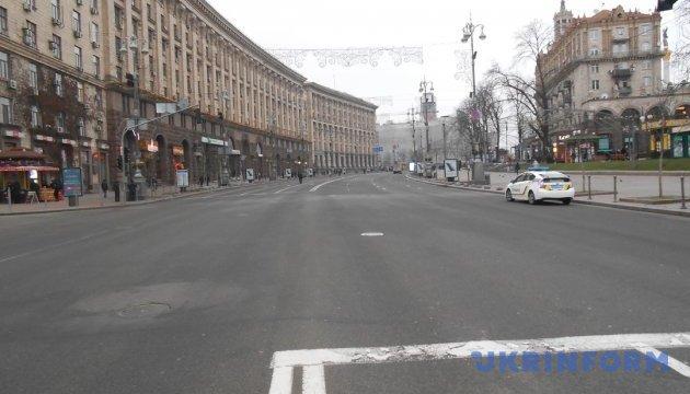 У Києві на Хрещатику перевіряють чоловіка з «чорним предметом»