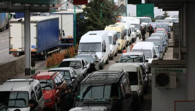 Nearly 2,000 cars piled up at Ukrainian-Polish border
