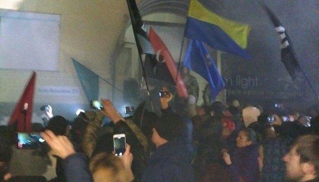 Митингующие подожгли здание в центре Киева