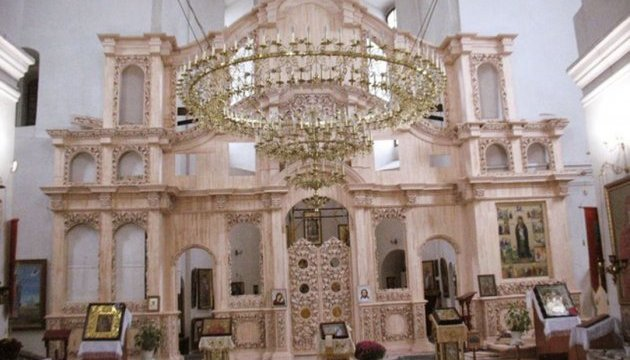 Роскошный деревянный иконостас монтируется в казацкой Екатерининской церкви Чернигова