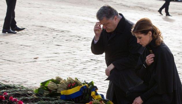 Президентське подружжя поклало квіти до пам'ятника жертвам Голодомору