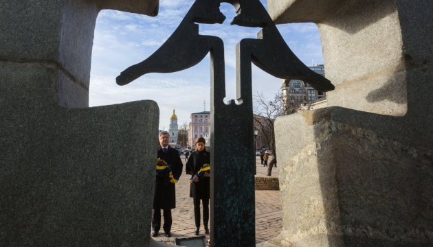 President, his wife laid flowers to monument of Holodomor victims
