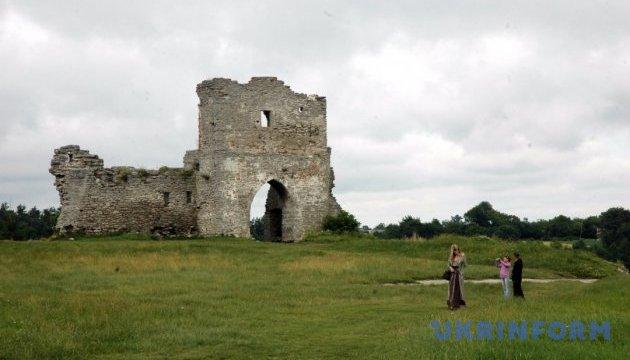 Старий замок на Тернопільщині зібрав гостей на середньовічні лицарські поєдинки