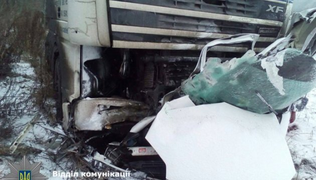 На трассе Киев-Чоп микроавтобус занесло под грузовик, двое погибших
