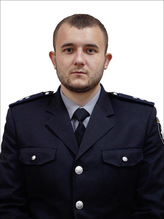 оперативний працівник  Головного управління Національної поліції  в м. Києві старший лейтенант поліції Юліан Рудько