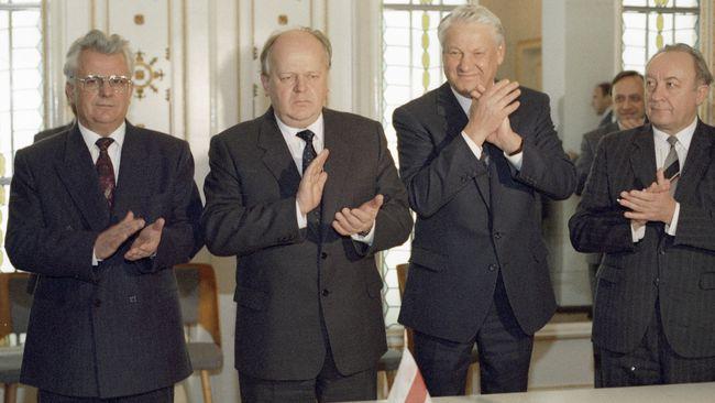 Леонід Кравчук (ліворуч), Станіслав Шушкевич (центр) та Борис Єльцин (2 праворуч) після підписання угоди про створення СНД у Біловезькій пущі