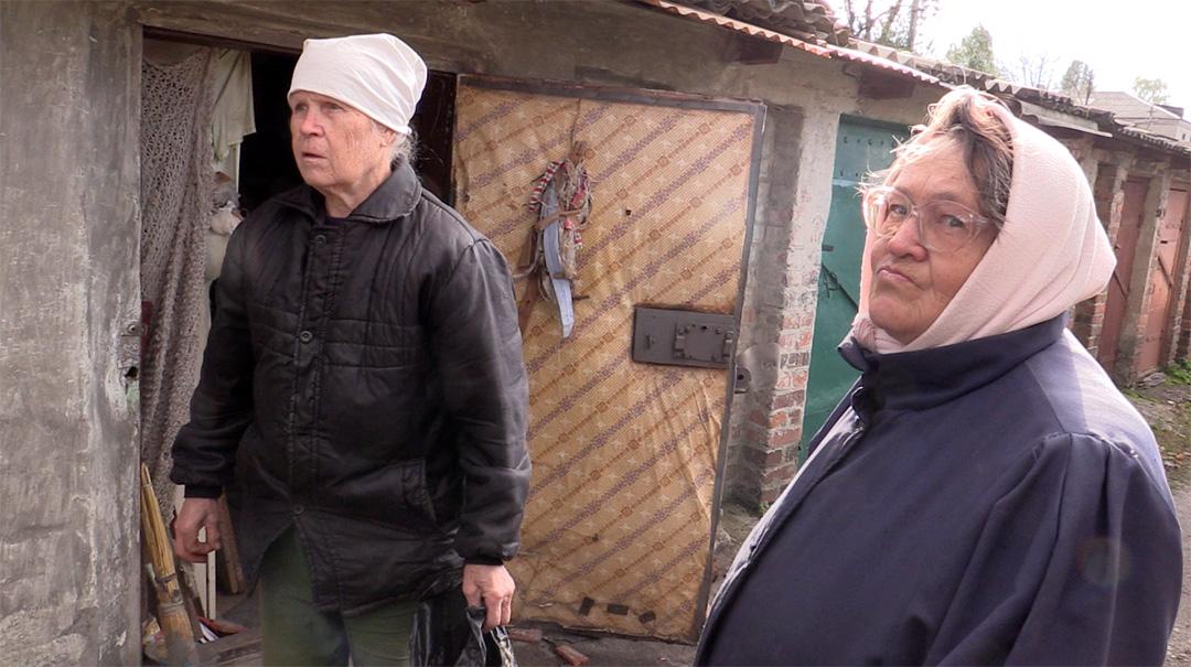 Місцеві мешканці, що потерпіли від нічного обстрілу на околиці міста Попасна.  Автор фото: Іванна Калина-Костюк