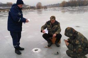 На Донеччині під лід провалилися двоє рибалок, один загинув