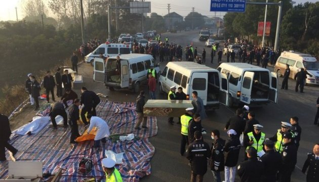 У Китаї автобус впав у озеро: 18 загиблих
