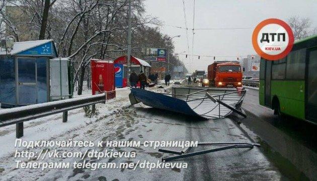 В Киеве фура снесла остановку и парикмахерскую, 10 пострадавших