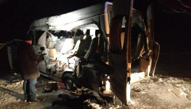 ДТП на Днепропетровщине: фура врезалась в маршрутку, есть погибшие
