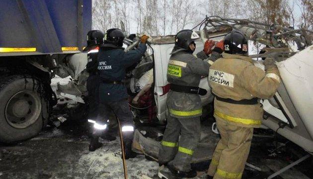 На севере России автобус с детьми столкнулся с фурой, 10 погибших