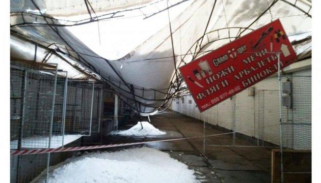 В Харькове снег обрушил тенты на Барабашовском рынке