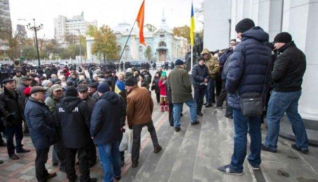 Під Радою мітингують військові пенсіонери