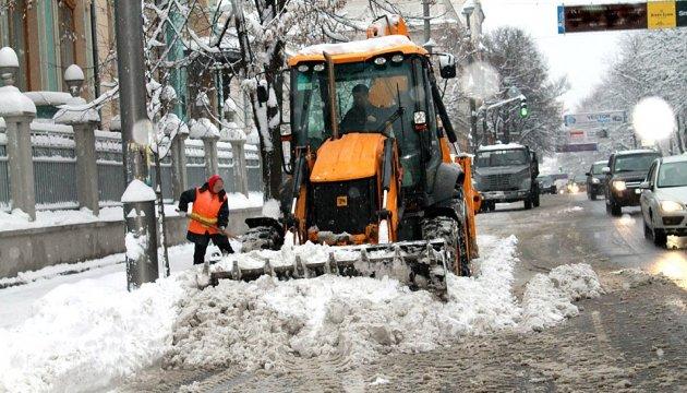На вулиці Києва вивели понад 500 снігоприбиральних машин