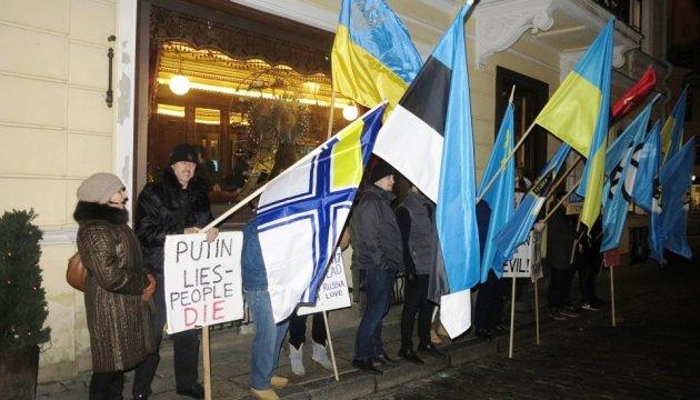 В Естонії пікетували посольство РФ через Сущенка, Крим та Донбас