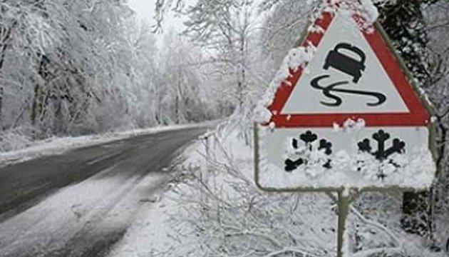 У шести областях перекриті дороги через складні погодні умови