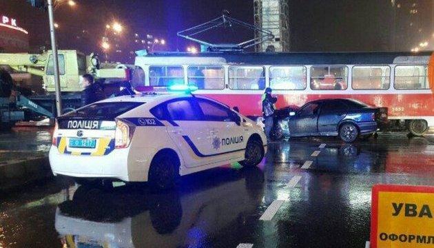 Біля цирку автомобіль врізався у трамвай