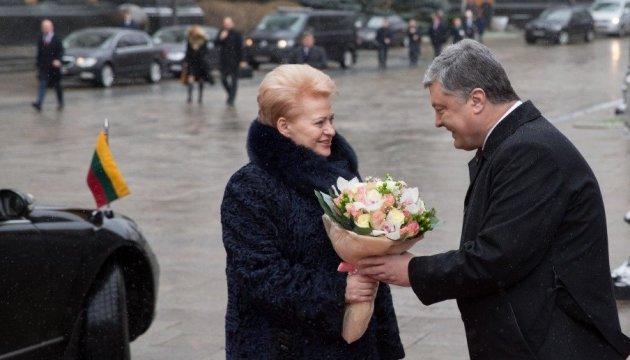 Порошенко поздравил Литву со 100-летием восстановления государственности