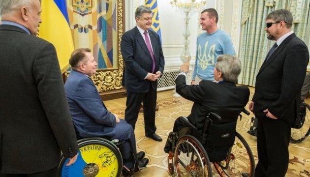 Порошенко нагородив борців за права людей з інвалідністю