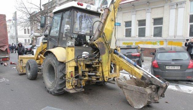 У центрі Дніпра трактор зім'яв понад 10 машин, є постраждалі