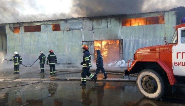 У Вишневому загасили пожежу на складах