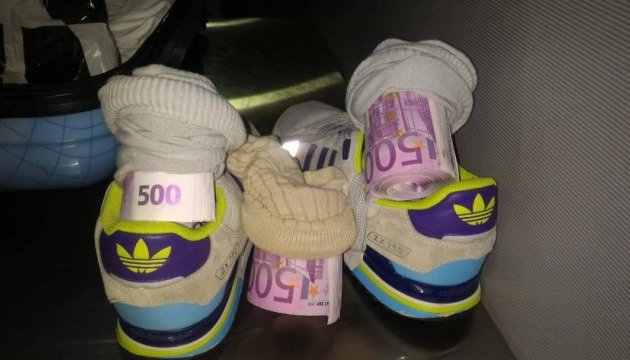 Українець хотів вивезти у шкарпетках €182 тисяч