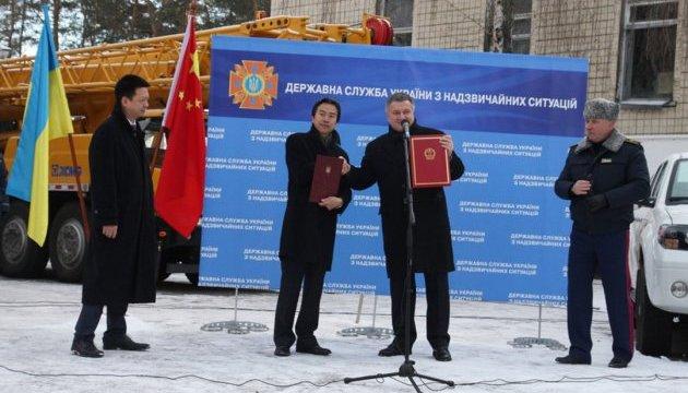 Посол КНР передав ДСНС рятувальну техніку