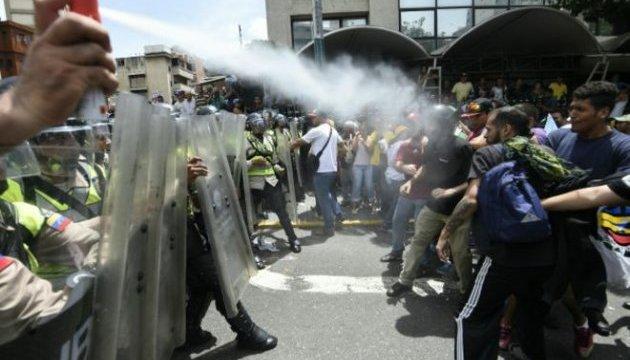 Протести у Венесуелі переросли у сутички з поліцією - понад 200 постраждалих