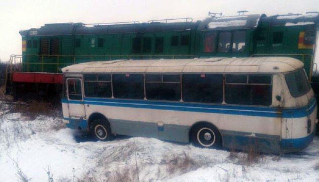 На Донеччині автобус потрапив під потяг
