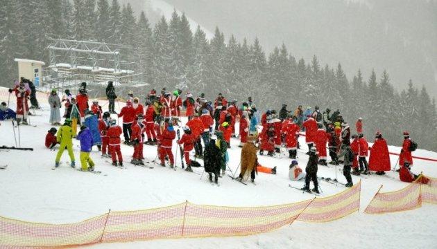 圣诞老人集体亮相乌克兰布克维力冰雪之上