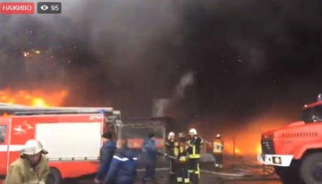 Пожежа в Києві: рятувальники не знають, чи всі залишили територію ринку