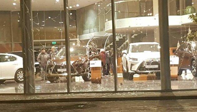 До автосалону Lexus у Харкові кинули гранату