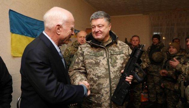 Порошенко на передовій вручив сенатору Маккейну українську нагородну зброю