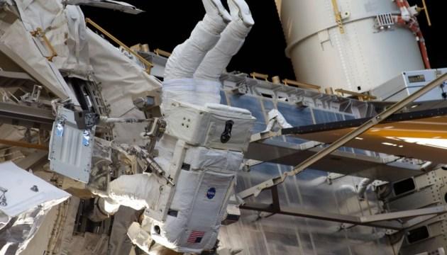 Американські астронавти сім годин поспіль провели за межами МКС