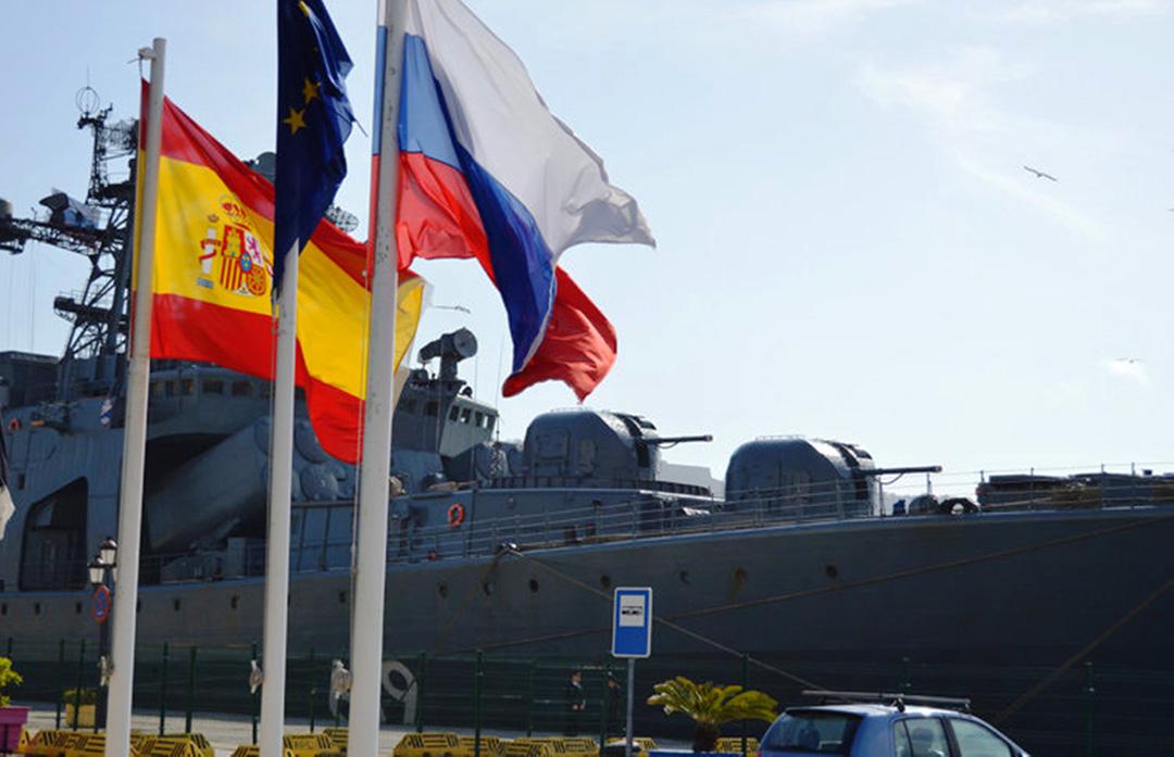 Російські військові судна в м. Сеута вітаються триколором. Фото з відкритих джерел