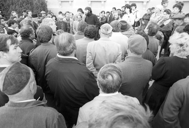 Мітинг кримських татар біля будівлі Сімферопольської міської ради, 1991 рік