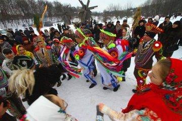 国家非常事態庁の救助隊隊員、1月13日「マランカ」のお祝いの歌「シチェドリウカ」を合唱